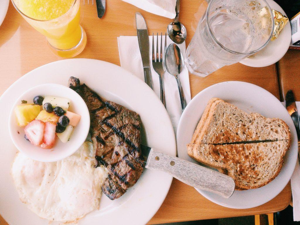 Вода и еда: как взаимодействуют и какие есть ограничения