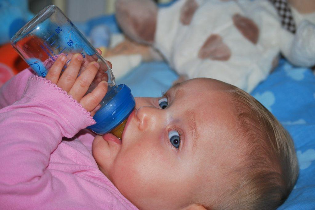 Вода для новорожденных: с какого времени давать, симптомы обезвоживания и избытка жидкости