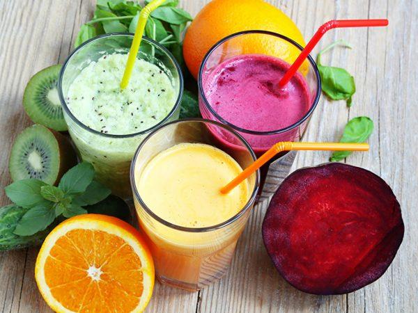 kokteyli iz ovoshchey i fruktov
