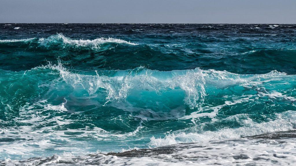 Почему вода в океане соленая: причины и теории
